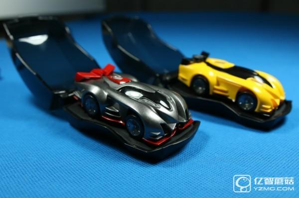 Anki Drive 在外观上和普通的四驱车区别不大,但内部的科技元素一点不缺,主要由三个部分组成:能卷起来的赛道垫子、汽车模型、以及使用 iPhone、iPod touch 或是其附带的控制器。在赛道垫子上有包含位置信息的编码,这样每辆车都能获得准确的位置和速度数据。其次,在每个汽车模型的前后轮子中各有一个马达,一个向下的微型相机,以及一个 50MHz 的微型处理器。此外还有电源键、LED 状态灯、可充电电池。   整个汽车通过内置的蓝牙 4.